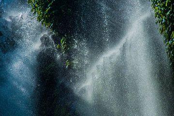 Zonnestralen op een waterval van Hugo Braun