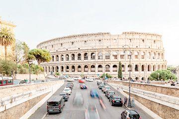 Druk verkeer bij het Colosseum in Rome van Dana Schoenmaker