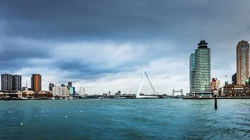 Cloudy Skyline Rotterdam sur Raymond Voskamp