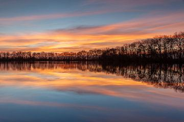 Zonsondergang reflectie in het water van Peter Haastrecht, van