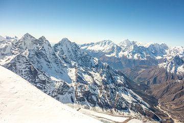 Uitzicht vanaf de top van Ama Dablam  van Thea.Photo