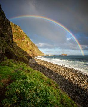Regenboog op Madeira van Tomas van der Weijden