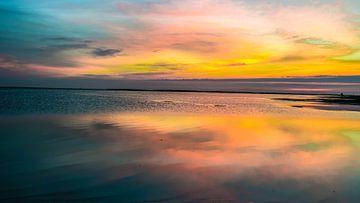 Wolkenlandschaft über dem Wattenmeer an der Nordsee von Animaflora PicsStock