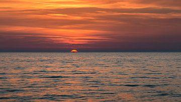 Zonsondergang op het zandstrand van Thomas Heitz