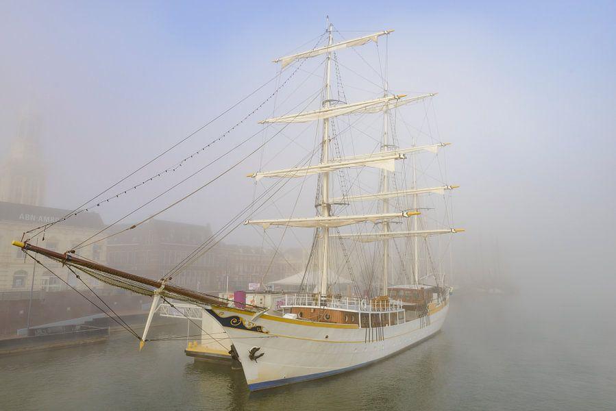 Zeilschip de Stedemaeght aan de kade in Kampen in de mist