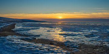 Sonnenuntergang über einem gefrorenen Wattenmeer von Goffe Jensma
