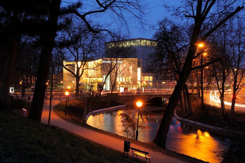 De Stadsschouwburg Utrecht met de Maliesingel op de voorgrond van Donker Utrecht