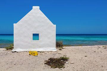 """Weisses Sklavenhaus mit Text """"Weisser Sklave"""" am Meer an der Küste von Bonaire von Ben Schonewille"""