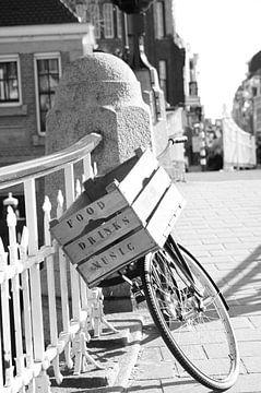 Fahrrad mit Holzkiste auf der Brücke von Marion Hesseling