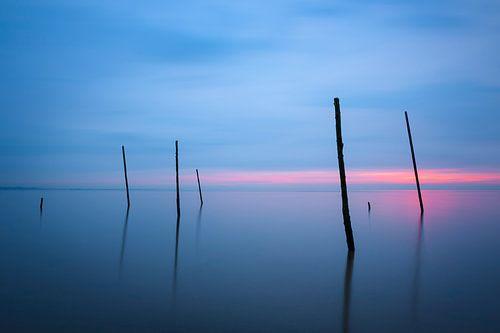 De visnet stokken op het strand van Rockanje van