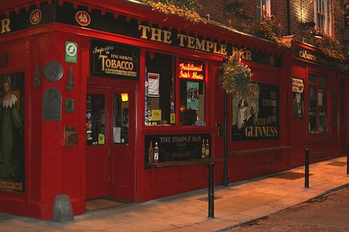 Temple Bar District at night, Dublin van Inge Hogenbijl