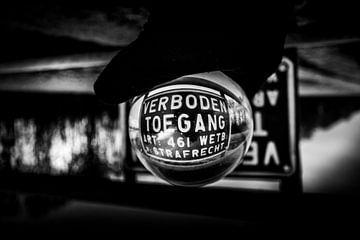 Lensball schwarz weiß von Jeffrey van Roon