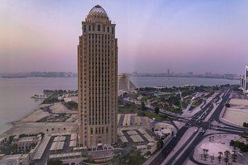 Skyline Doha Sonnenaufgang in Katar von Tessa Louwerens