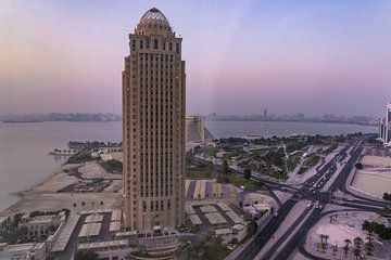 Skyline Doha Qatar zonsopgang van Tessa Louwerens