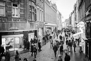 Grote Staat in Maastricht met winkelend publiek von Streets of Maastricht