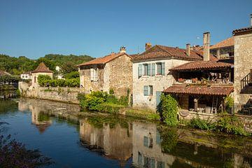 Huizen aan rivier de Dronne rond stad Brantome, de Bourgogne,  Frankrijk van Joost Adriaanse