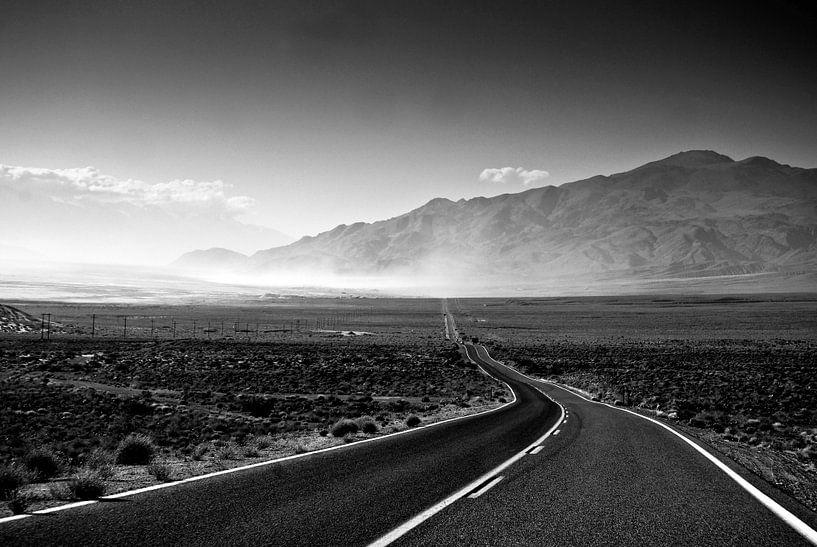 Highway in Death Valley van Ricardo Bouman