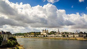 Kasteel van Saumur en oude binnenstad van Saumur aan de Loire in Frankrijk van Dieter Walther