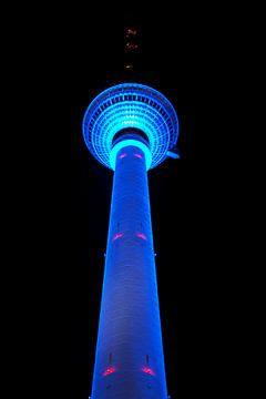 Berliner Fernsehturm mit blauer Beleuchtung von Frank Herrmann