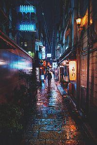 Man door de regen in Osaka