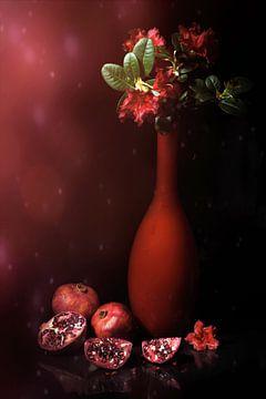Stilleben mit roter Vase, rotem Rhododendron und Granatapfeläpfeln. von Saskia Dingemans