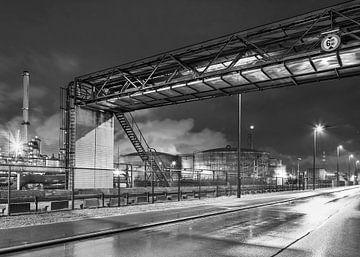 Regnerische Nacht mit Raffinerie und großer Rohrbrücke, Belgien von Tony Vingerhoets