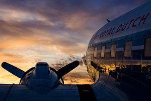 DC-3 onder een mooie wolkenlucht tijdens zonsopkomst