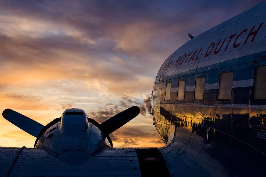 DC-3 onder een mooie wolkenlucht tijdens zonsopkomst van Dennis Dieleman