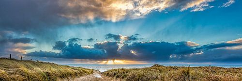 zonsondergang met de duinen en de Noordzee