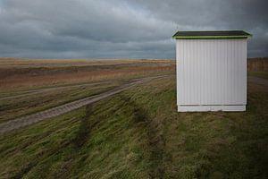 Strandhuisje wacht op transport (eiland Texel) van