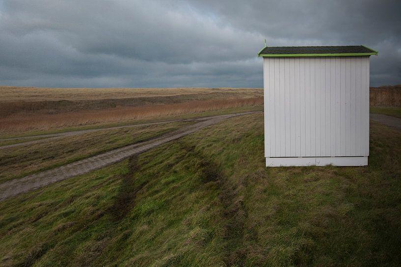Strandhuisje wacht op transport (eiland Texel) van Margo Schoote