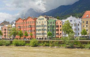 Gekleurde huizen langs de rivier (Innsbruck) van Martine Moens