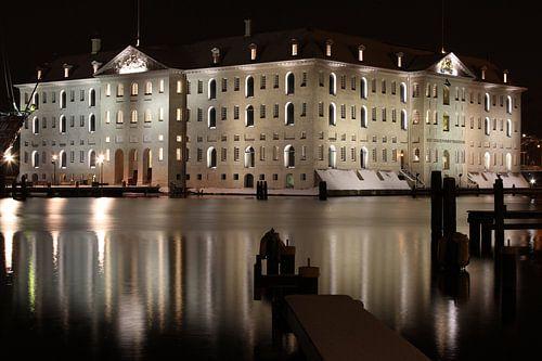 Amsterdam scheepvaartmuseum bij nacht van