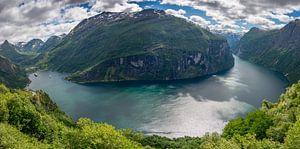 Panoramafoto van de gehele Geirangerfjord