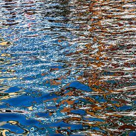 kleurrijke waterspiegeling in water van de Nyhavn van Hanneke Luit