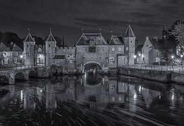 De Koppelpoort in Amersfoort in de avond - zwart-wit sur Tux Photography
