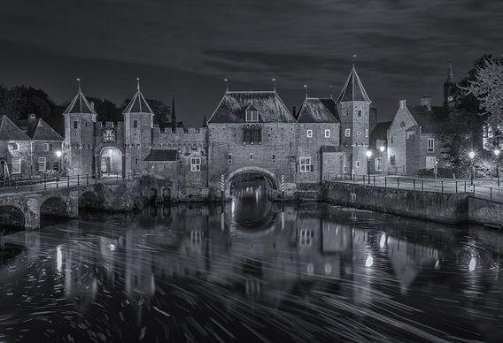 De Koppelpoort in Amersfoort in de avond - zwart-wit