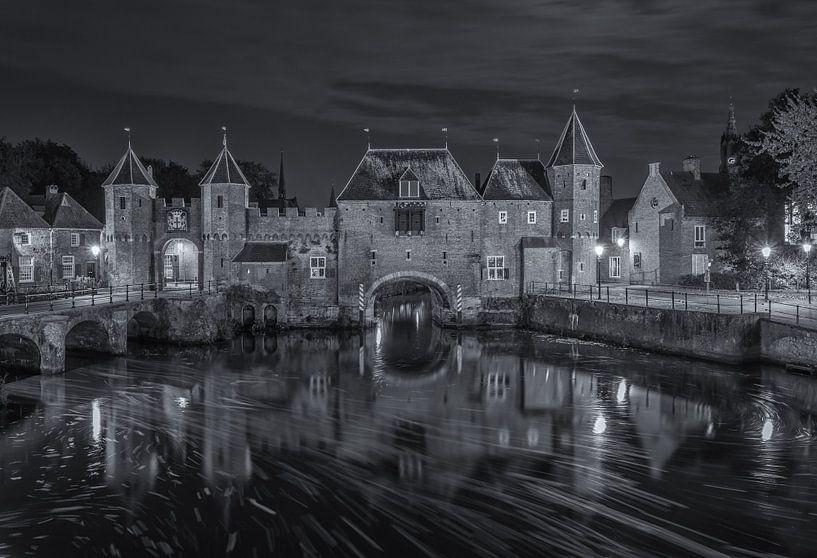 De Koppelpoort in Amersfoort in de avond - zwart-wit van Tux Photography