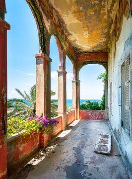 Verlaten Balkon met Zeezicht. van Roman Robroek