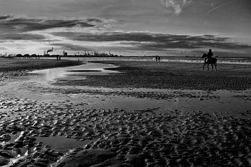 Zonsondergang bij het strand van Hoek van Holland von Peter Hofwegen