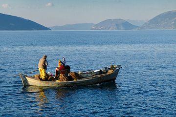Vissersman op het Griekse eiland Kefalonia vaart uit van Ruud Lobbes