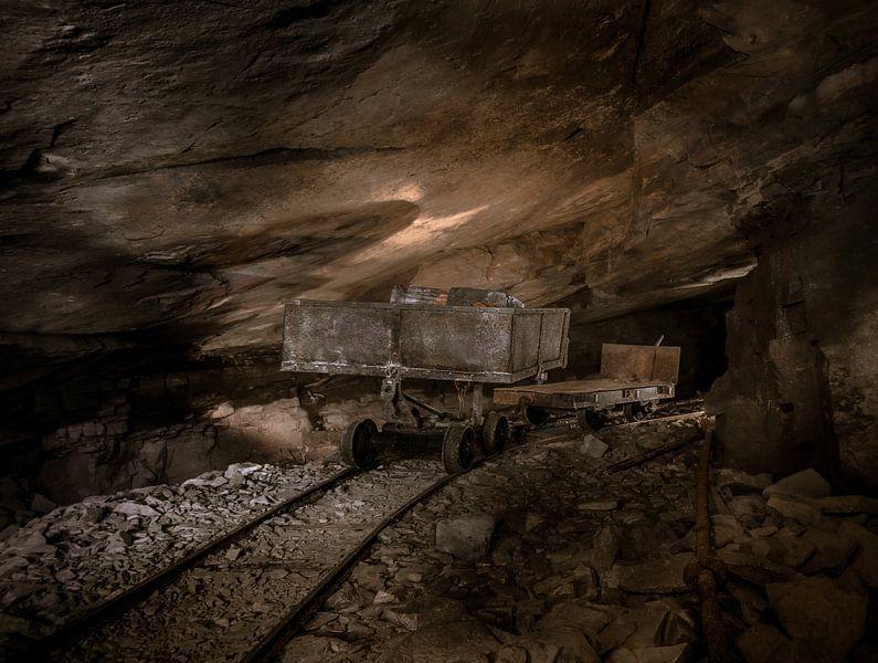 Oude mijnwagentjes in een steengroeve van Olivier Van Cauwelaert
