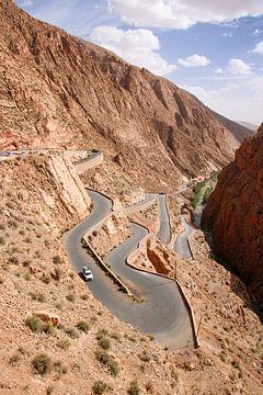 Kurvenreiche Straße zum Bergpass - Tal der Datteln, Marokko von The Book of Wandering