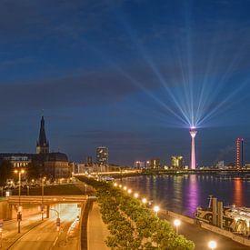 Düsseldorfse skyline in de avonduren van Michael Valjak
