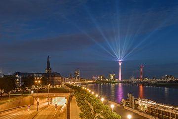 Düsseldorfse skyline in de avonduren