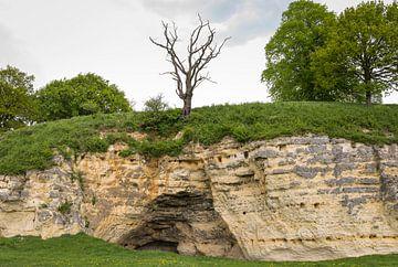 Historische grot aan de Doalkesberg bij Oud-Valkenburg, Noord-Limburg van Ger Beekes