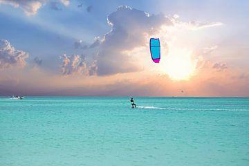 Kitesurfen bei Sonnenaufgang auf Aruba in der Karibik von Nisangha Masselink