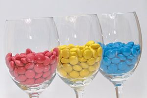 Rood, geel en blauw in wijnglazen!