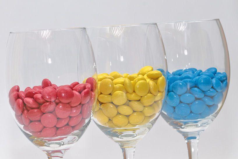 Rood, geel en blauw in wijnglazen! von Ronald Smits