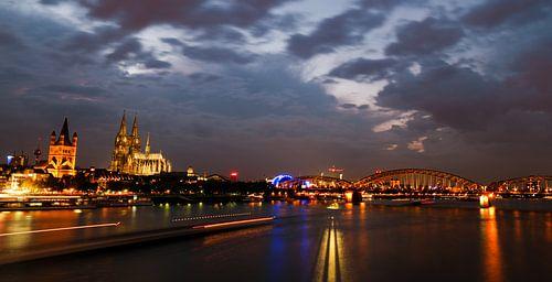 De Dom van Keulen in de avond van